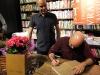 bernardo-sena-recebendo-autografo-do-leonardo-lattavo