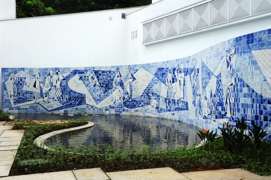 Painel de azulejos criado por Roberto Burle Marx ganha restauro no IMS