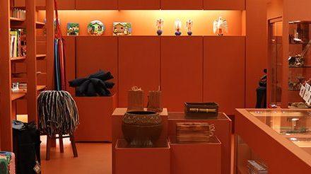 A loja do Museu de Arte Moderna de São Paulo recebe projeto com a curadoria dos irmãos Campana