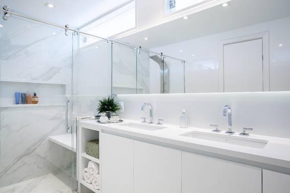 Decoração monocromática proporciona modernidade e amplitude ao banheiro