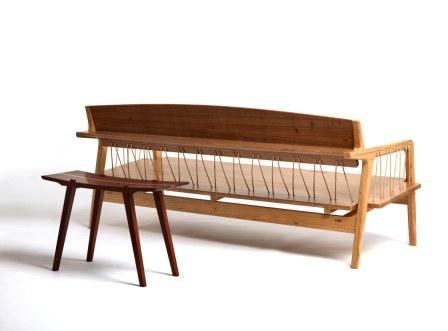 Sofá Paris criado por Ricardo Graham Ferreira, brinca com o equilíbrio de elementos naturais
