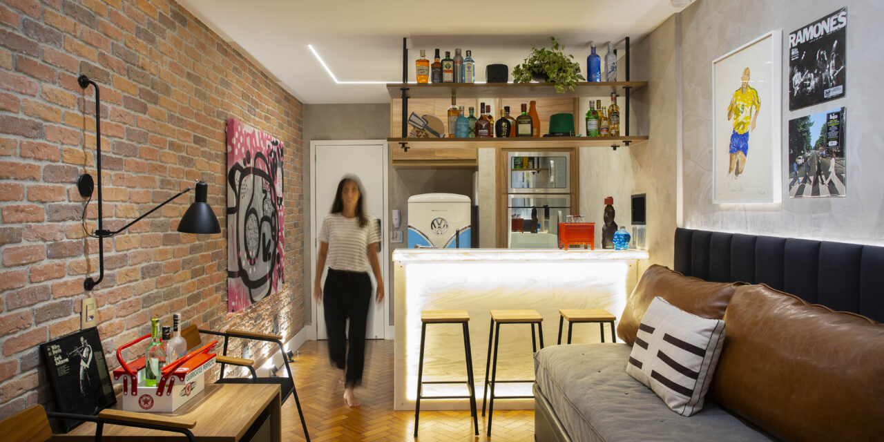 Reforma total confere visual de pub inglês para apartamento de 29m² em Ipanema