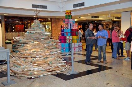 Arquitetos decoram árvores de natal com donativos no Rio Plaza