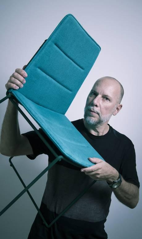 Designer faz móveis de seringueira