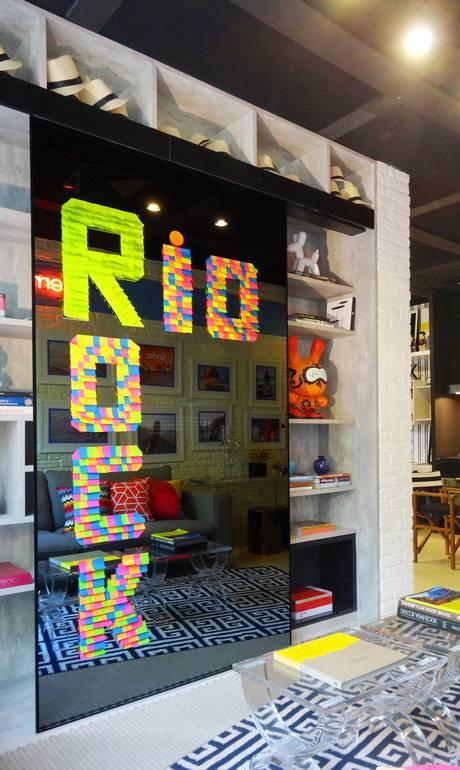 Artistas e designers apostam no post-it como suporte de quadros e instalações