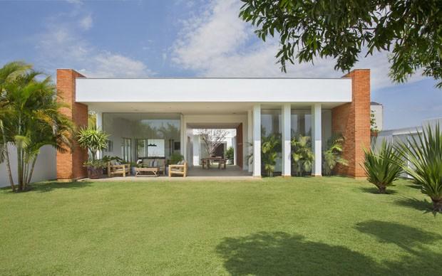Arquitetos Babi e Tomaz Teixeira assinam projeto de casa de praia