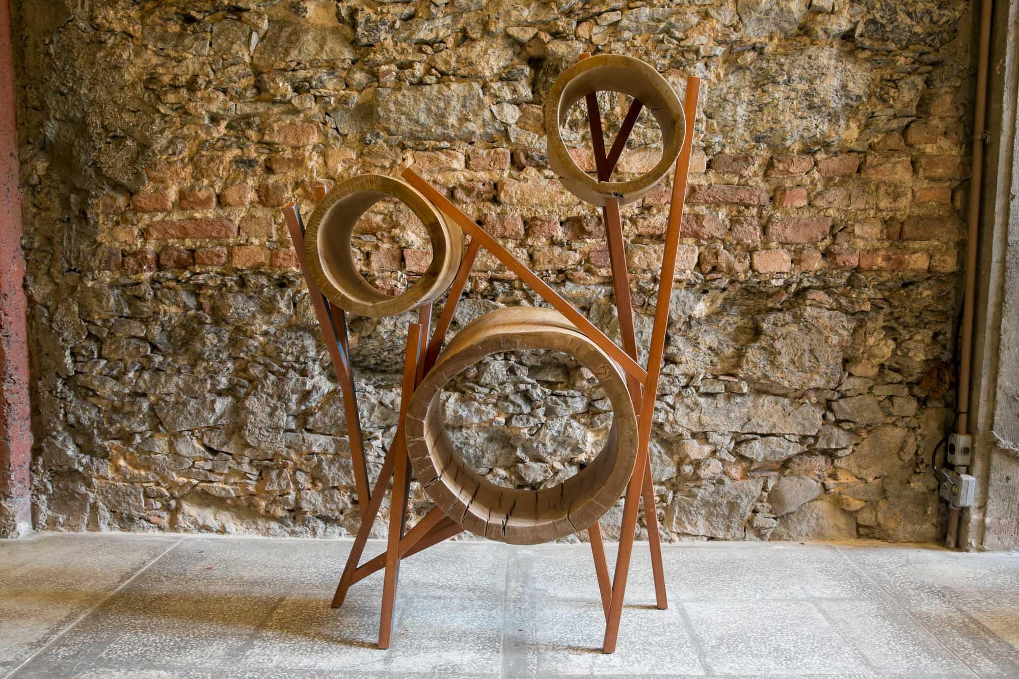 Os designers Hugo França e Paulo Alves inauguram exposição de móveis.