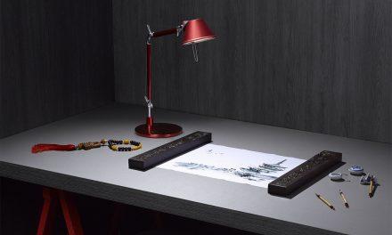 A versatilidade e a sofisticação dos painéis de madeira em tons escuros