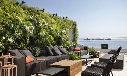 Repleto de verde, o espaço criado por Carmen Mouro, na CasaCor Rio, tem inspiração no estilo Art Déco.
