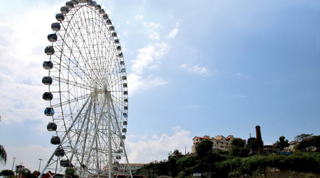 A maior roda-gigante da América Latina, inaugurada no Rio, começou a girar nesta sexta-feira.