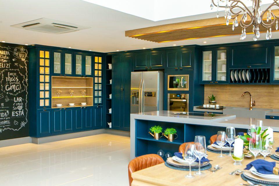 A cozinha de cor azul naval das arquitetas Bruna e Flávia Sideris