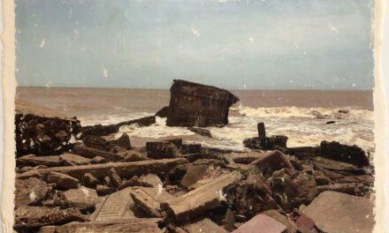 """Exposição """"Escombros, peles, resíduos"""": Jeane Terra se inspirou em ruínas da praia de Atafona"""