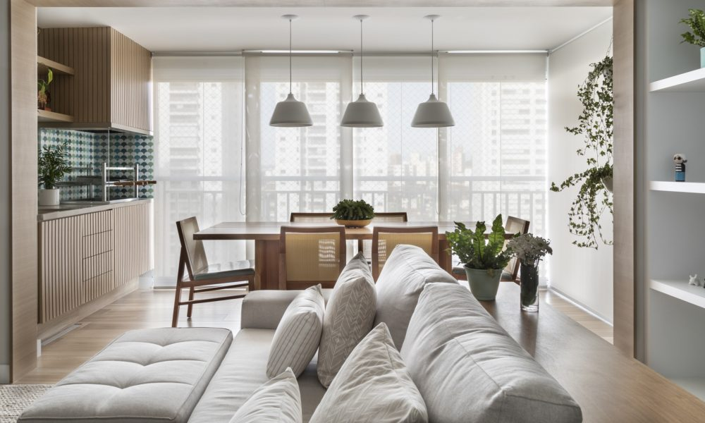 Paleta com tons suaves traz vida ao apartamento reformado em SP