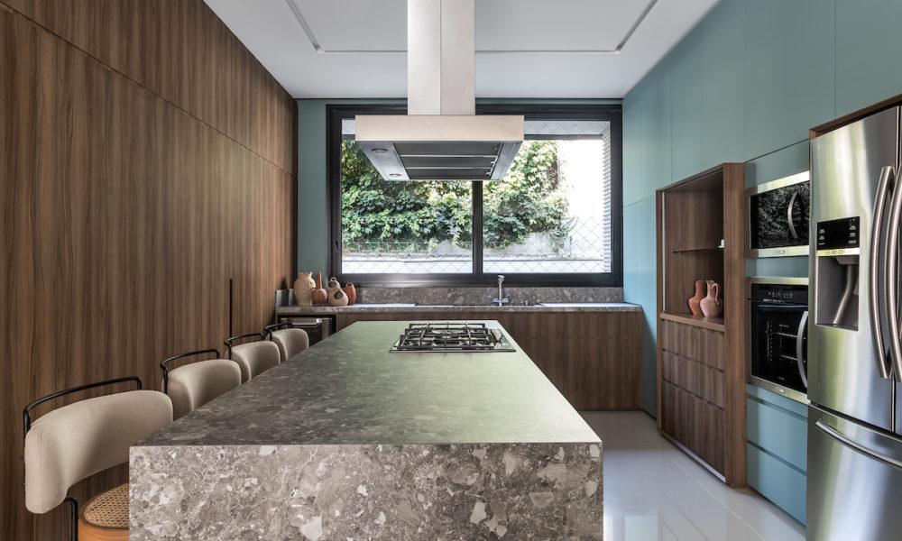 Cosmopolitan House destaca a marcenaria e uma paleta cromática marcante